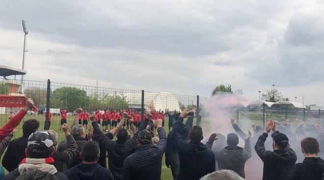 tifosi biancorossi allenamento Piacenza calcio