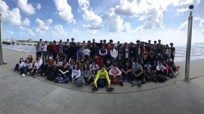 Gli studenti del Gioia che hanno ripulito le spiagge in Liguria