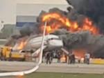 L'aereo in fiamme all'aeroporto di Mosca