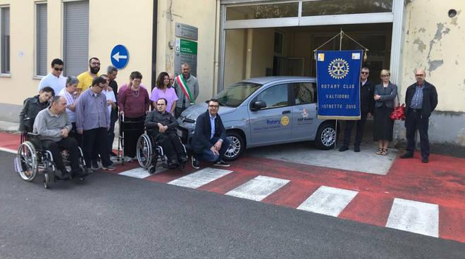 L'auto donata al centro disabili dal Rotary