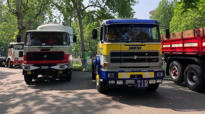 Parata di camion storici sul Facsal