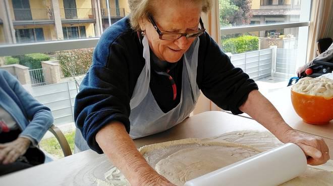 Anziana che lavora la pasta