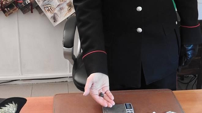 carabiniere con hashish sequestrato