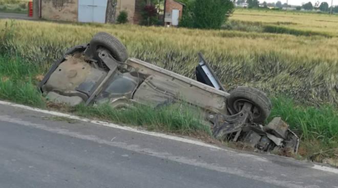 L'auto ribaltata a Calendasco