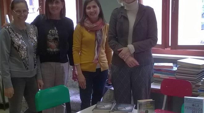La consegna dei libri sulla shoah alla scuola Don Minzoni da parte di Coop Alleanza 3.0