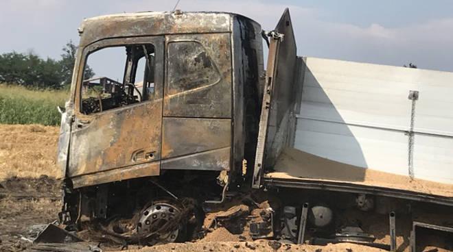 Il camion bruciato a Ponte Tidone