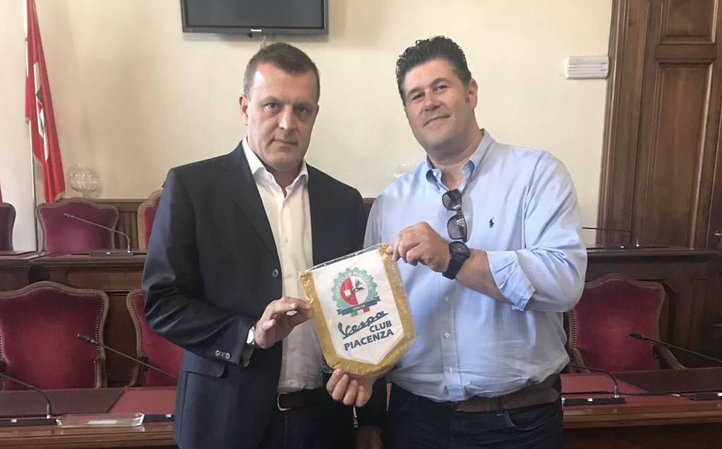 L'assessore allo Sport Stefano Cavalli e il presidente del Vespa Club Piacenza, Riccardo Gianelli