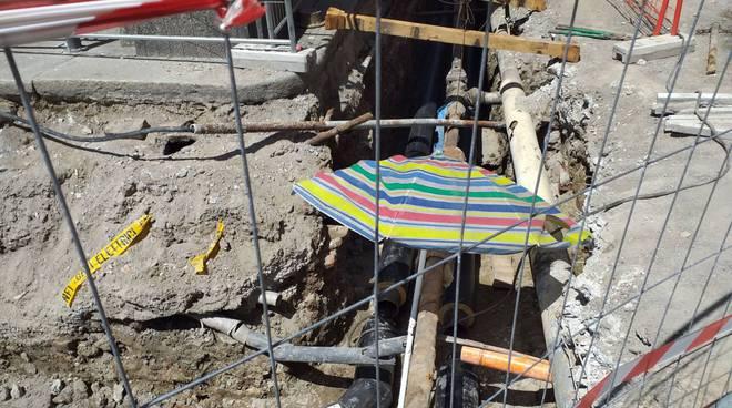 Ombrellone nel cantiere di piazza Duomo