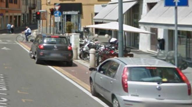 Parcheggio selvaggio ciclabile Stradone Farnese