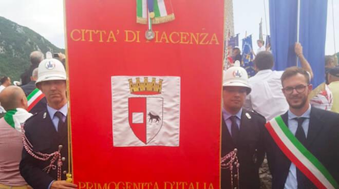 Garilli con il gonfalone della città di Piacenza a Sant'Anna di Stazzema