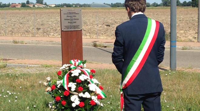 Il consigliere Pecorara davanti alla targa che ricorda le vittime alla Besurica