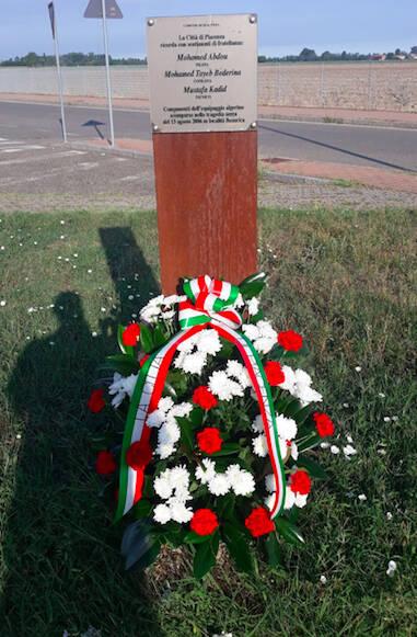 L'omaggio floreale alle vittime della tragedia aerea