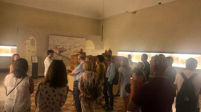 Persone al museo a Ferragosto