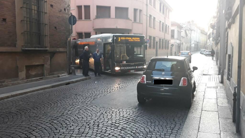 Bus bloccato in via taverna