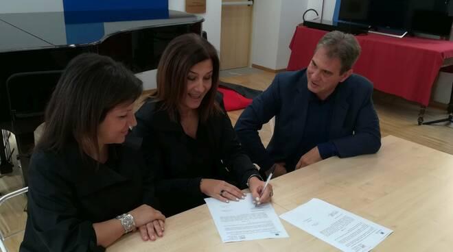 Firma dell'accordo tra Nicolini e Respighi con Simona Favari, Lorenzo Missaglia, Paola Pedrazzini