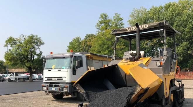 I lavori di asfaltatura del parcheggio di Viale Malta