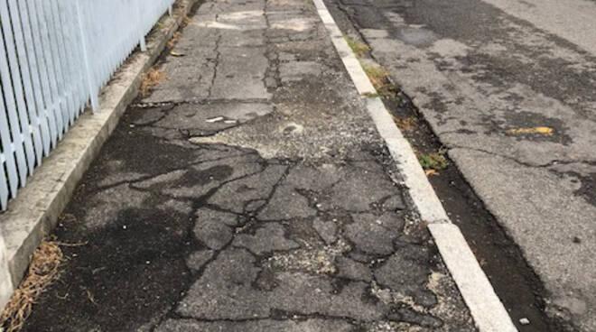 Il marciapiede in via Perinetti a Piacenza