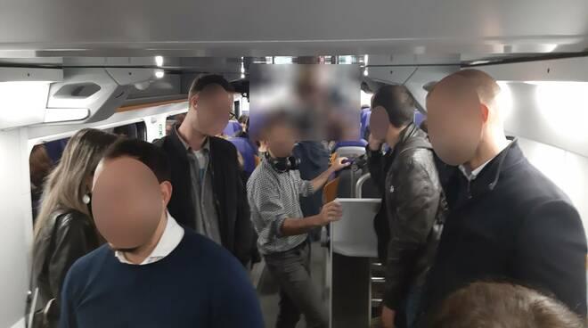 I pendolari stipati su un treno regionale