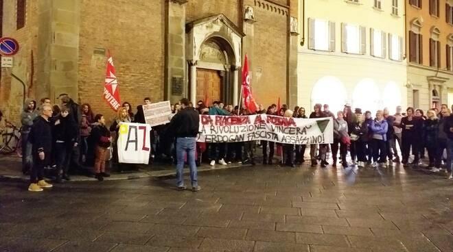 Il presidio di solidarietà alle popolazioni del Rojava e dell'Ecuador