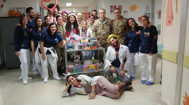 La visita del Genio Pontieri nel reparto di Pediatria