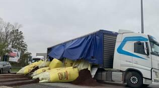 Concime rovesciato da camion