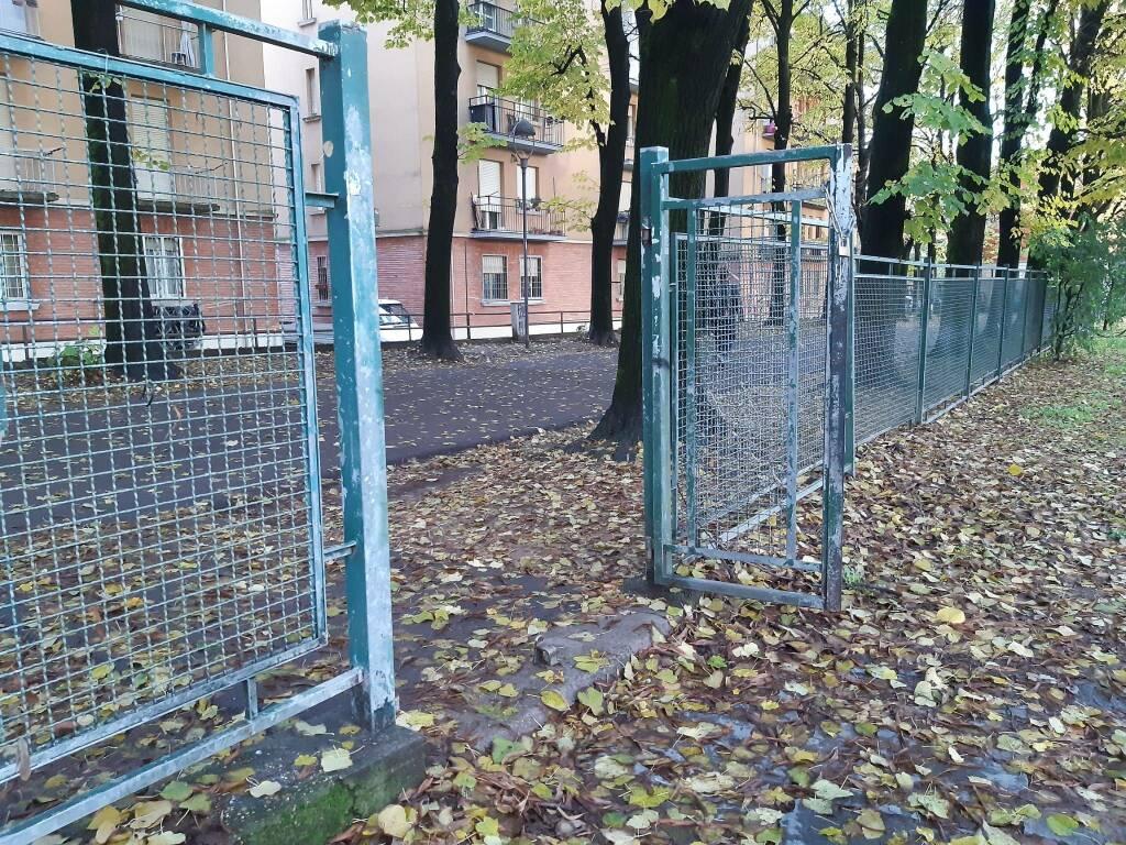 Degrado parco giochi pubblico passeggio