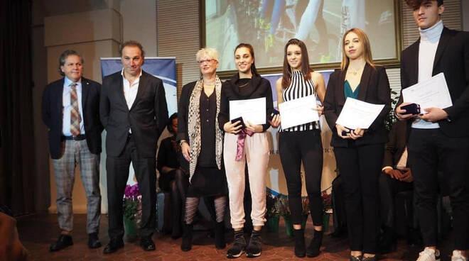 Eleonora Camilla Gasparrini (al centro) e Sofia Collinelli (a destra) premiate a Modena