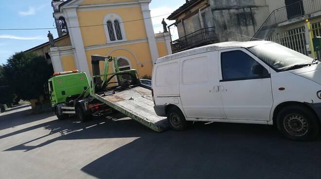 Uno dei veicoli rimossi a Calendasco