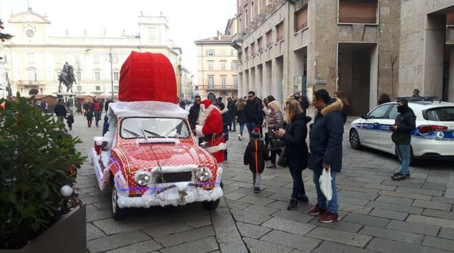 Babbo Natale arriva in Renault 4
