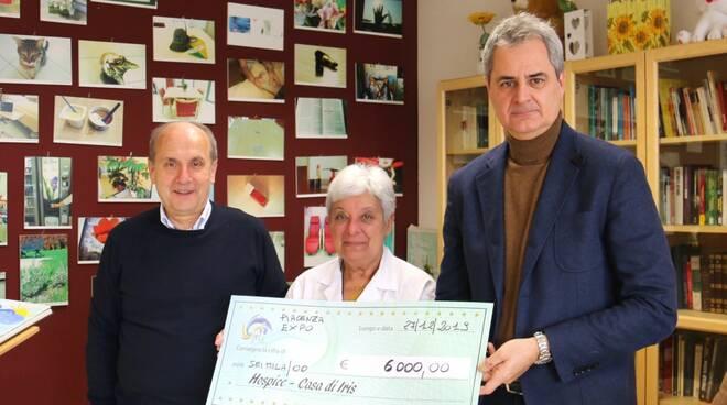 Giuseppe Cavalli (Expo) consegna un assegno a La Casa di Iris