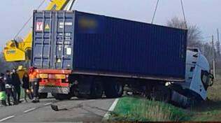 Il camion fuori strada a Ponte Riglio