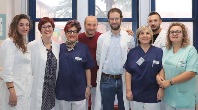 la dr.ssa Di Pino (prima da sinistra) insieme con l'equipe piacentina di Allergologia