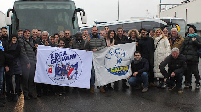 Il gruppo di Piacentini che ha raggiunto Modena per il comizio di Salvini