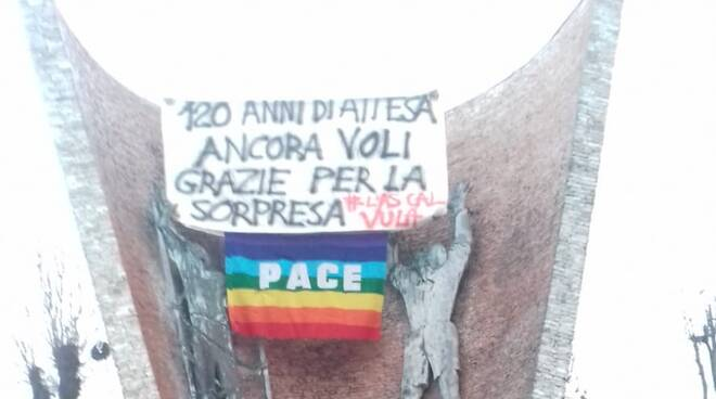 Striscione asino che vola Salvini a Pontenure