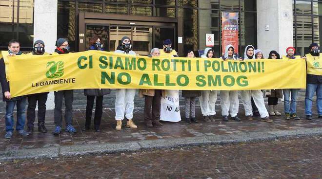 Una protesta di Legambiente davanti alla Regione Emilia Romagna