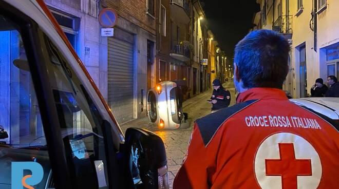 auto ribaltata via roma piacenza croce rossa carabinieri