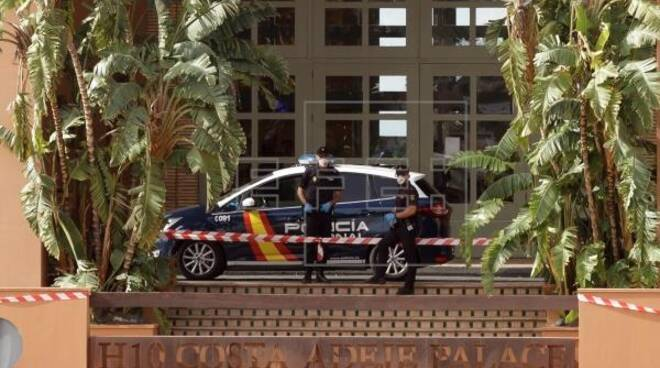 Membri della Policía Nacional all'entrata dell'hotel Adeje a Tenerife EFE/Ramón de la Rocha