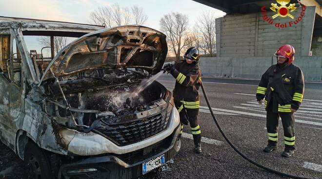 incendio cassone in autostrada