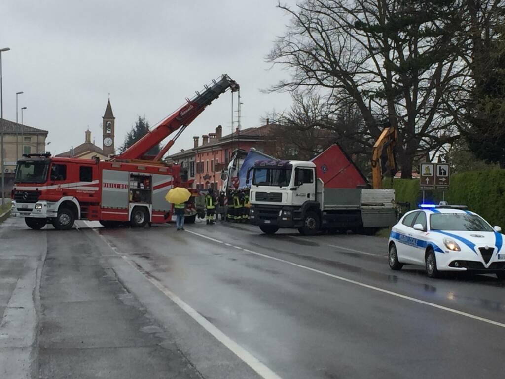 camion fuori strada via Emilia Pavese