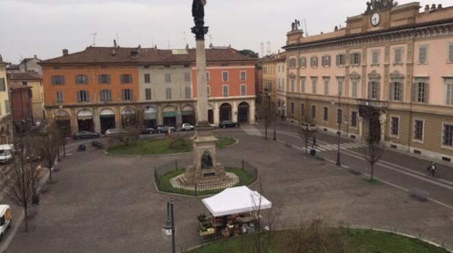 mercato agricolo in piazza Duomo