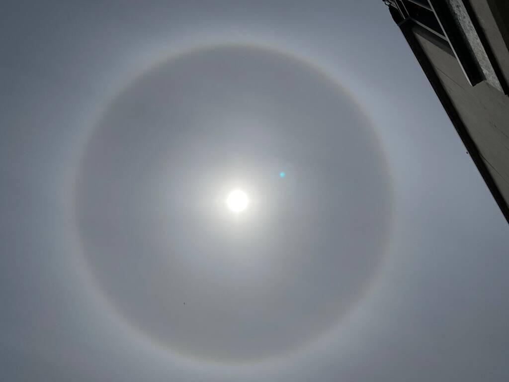 Sole con alone grigio in Versilia: fenomeno ottico. La spiegazione del Lamma
