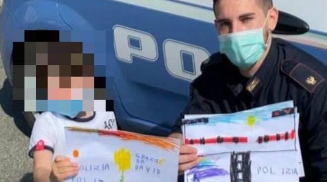 Bambino consegna disegni a polizia