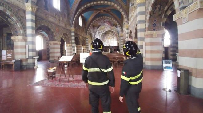 Il sopralluogo dei vigili del fuoco a Bobbio dopo la scossa di terremoto