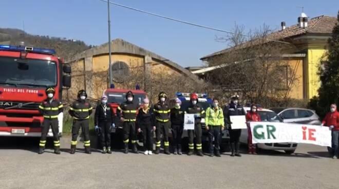 L'omaggio dei vigili del fuoco agli operatori sanitari