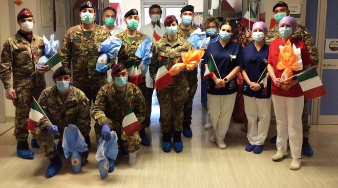 La visita dell'Esercito nel reparto di Pediatria