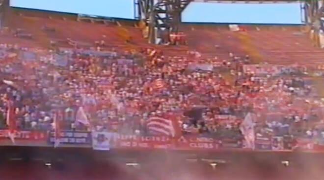Tifosi biancorossi sugli spalti del San Paolo