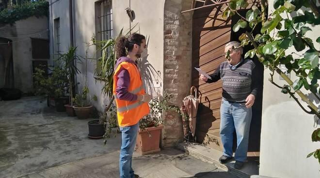 Volontario consegna mascherine a Gragnano