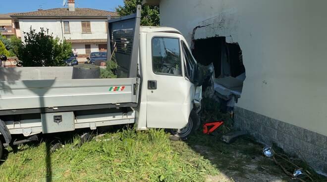 furgone contro un muro a Caorso