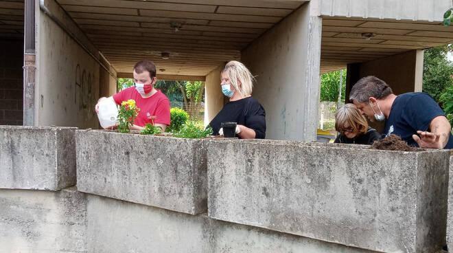I residenti puliscono via Marinai d'Italia