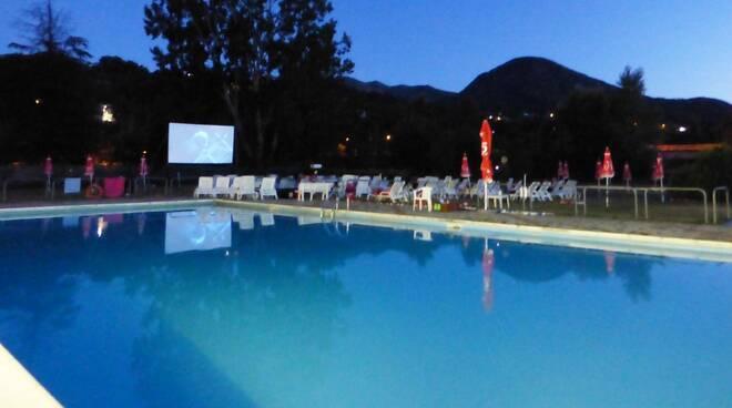 Cinema in piscina a Perino